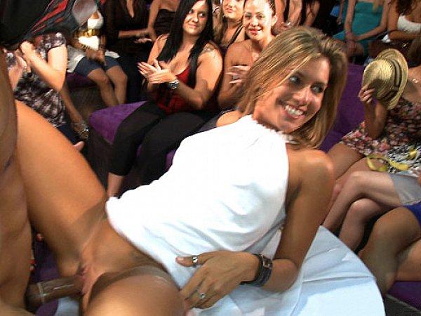 секс на сцене перед публикой жгучей брюнетки в красном люди отдают