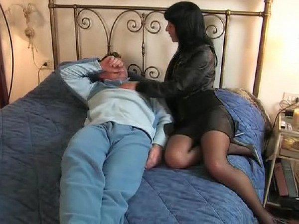 porno-muzhik-uteshaet-vdovu-krasivie-transvestiti-drochat